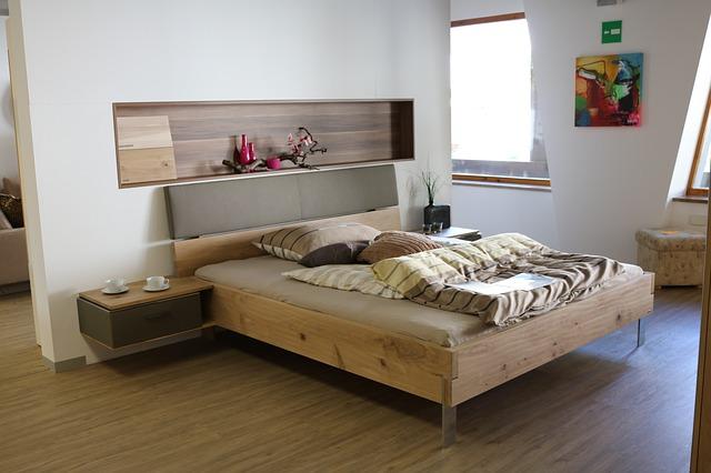 otevřená ložnice, dřevěná postel