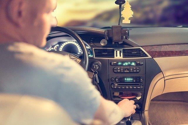 řidič ve voze