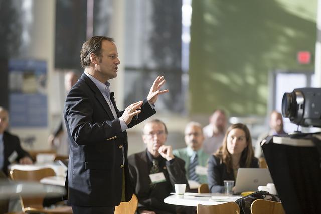 přednášející na konferenci.jpg
