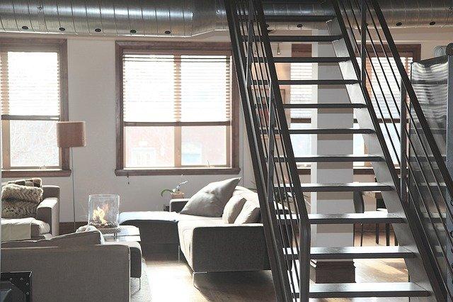 schodiště nad pohovkou