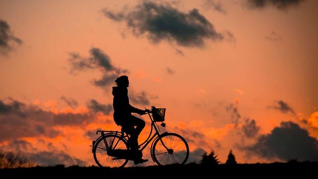 cyklistka za soumraku