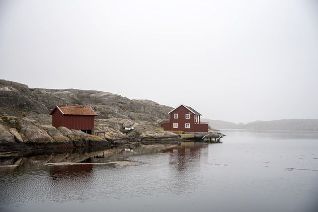 domy na břehu jezera